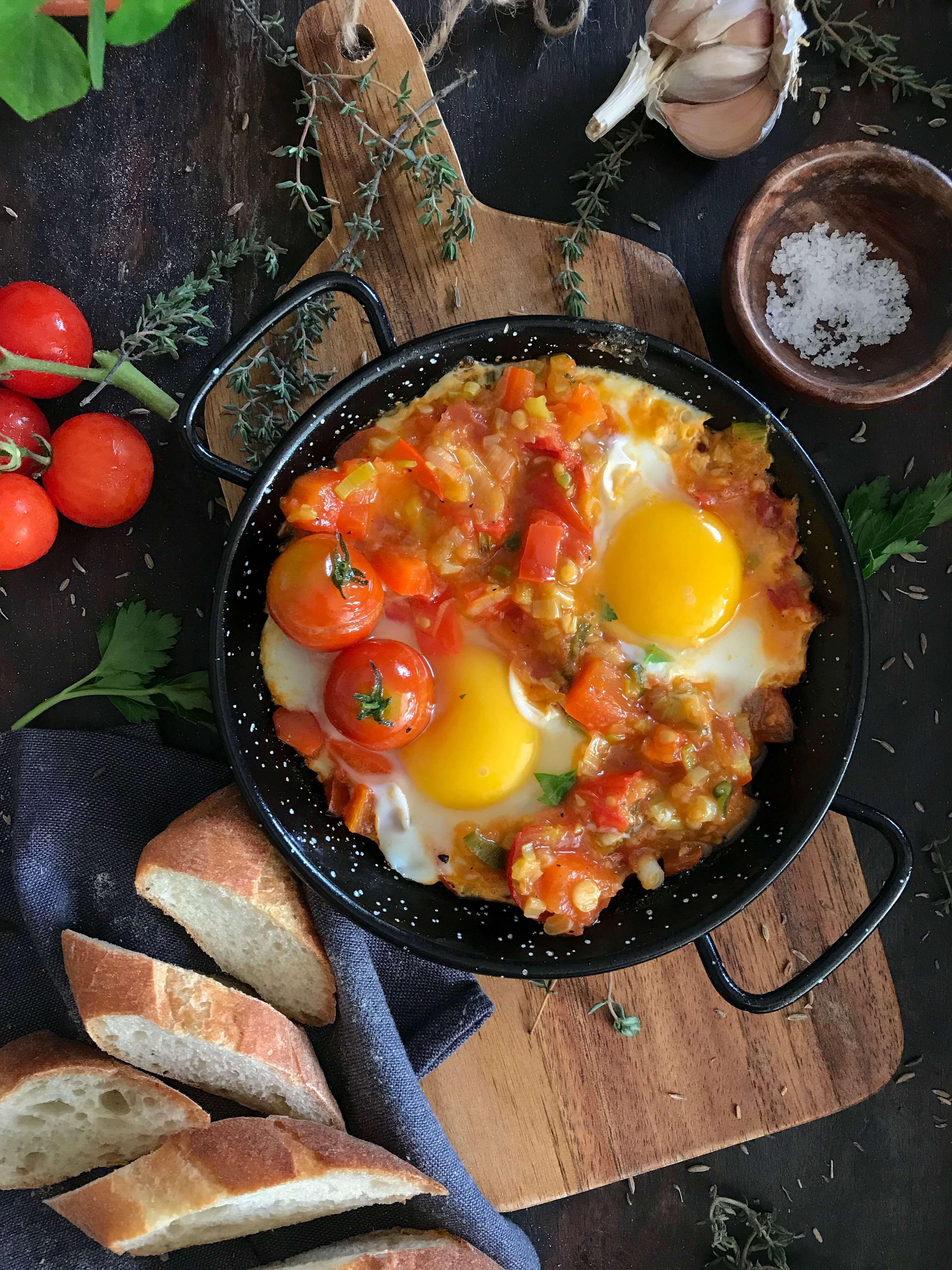 huevos al sarten con tomate pimiento y cebolla