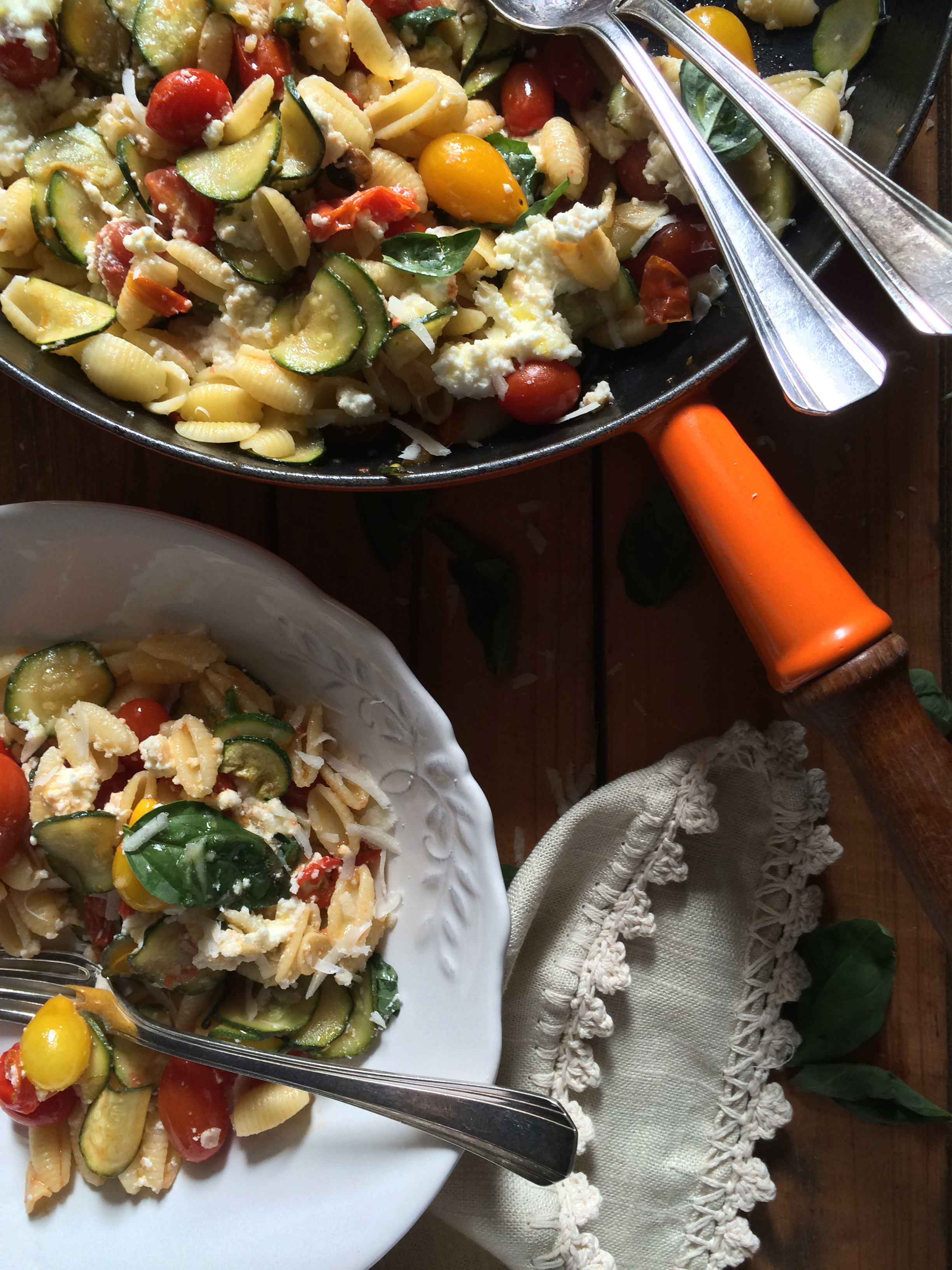 pasta corta + vegetales + ricotta