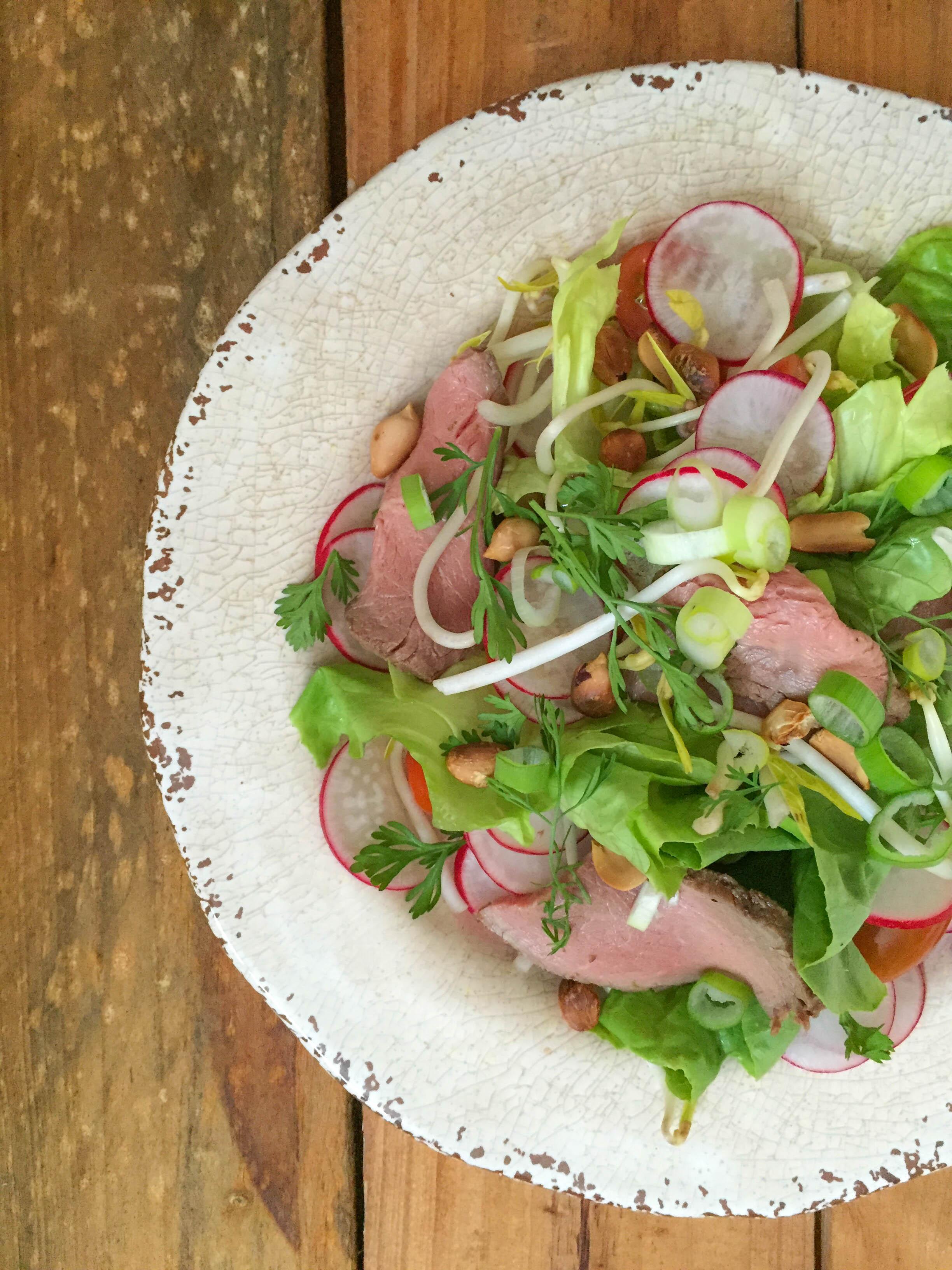 Ensalada de vegetales con rosbif y aderezo asiatico