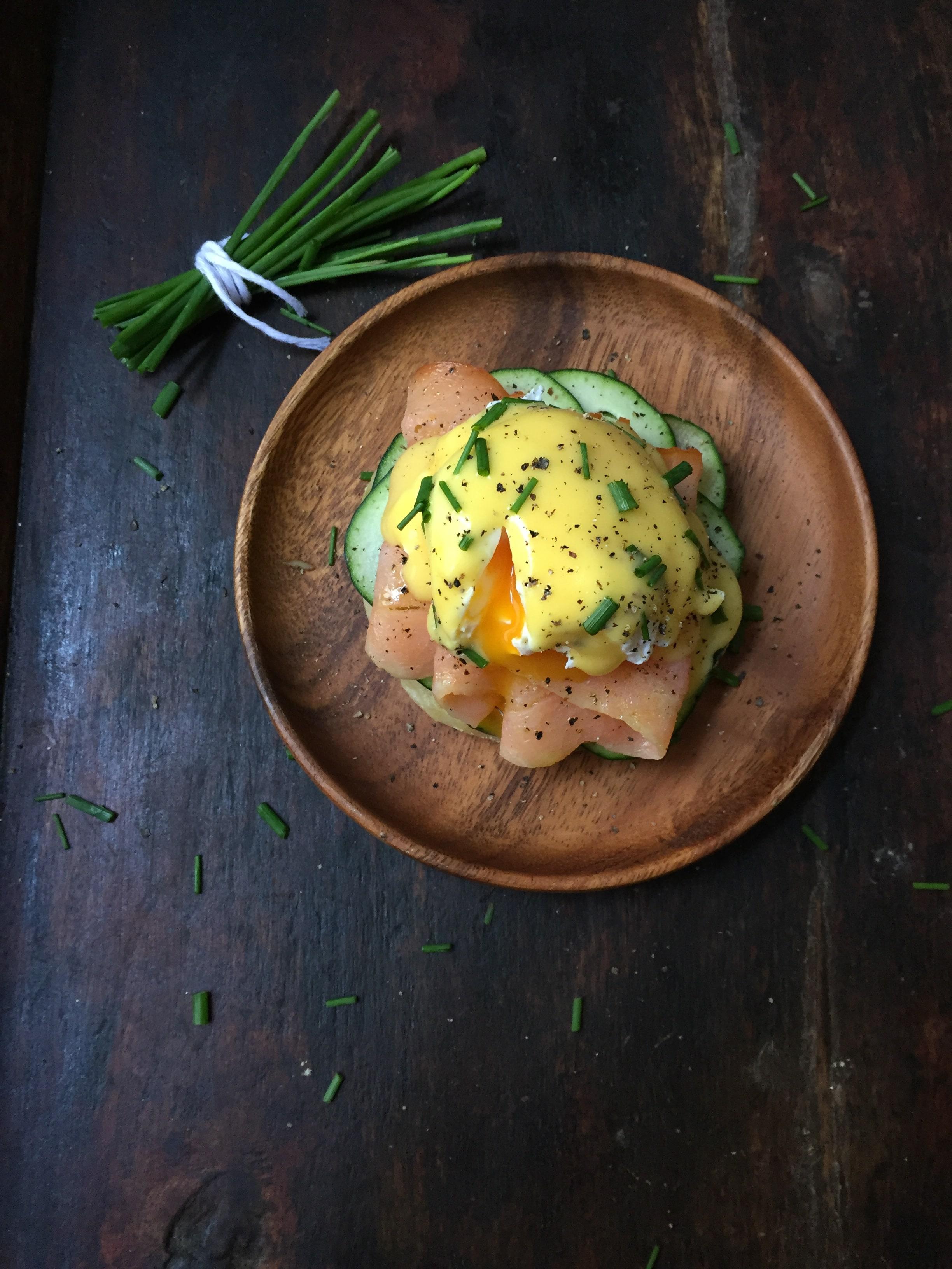 huevos benedictinos con salmon ahumado y pepino