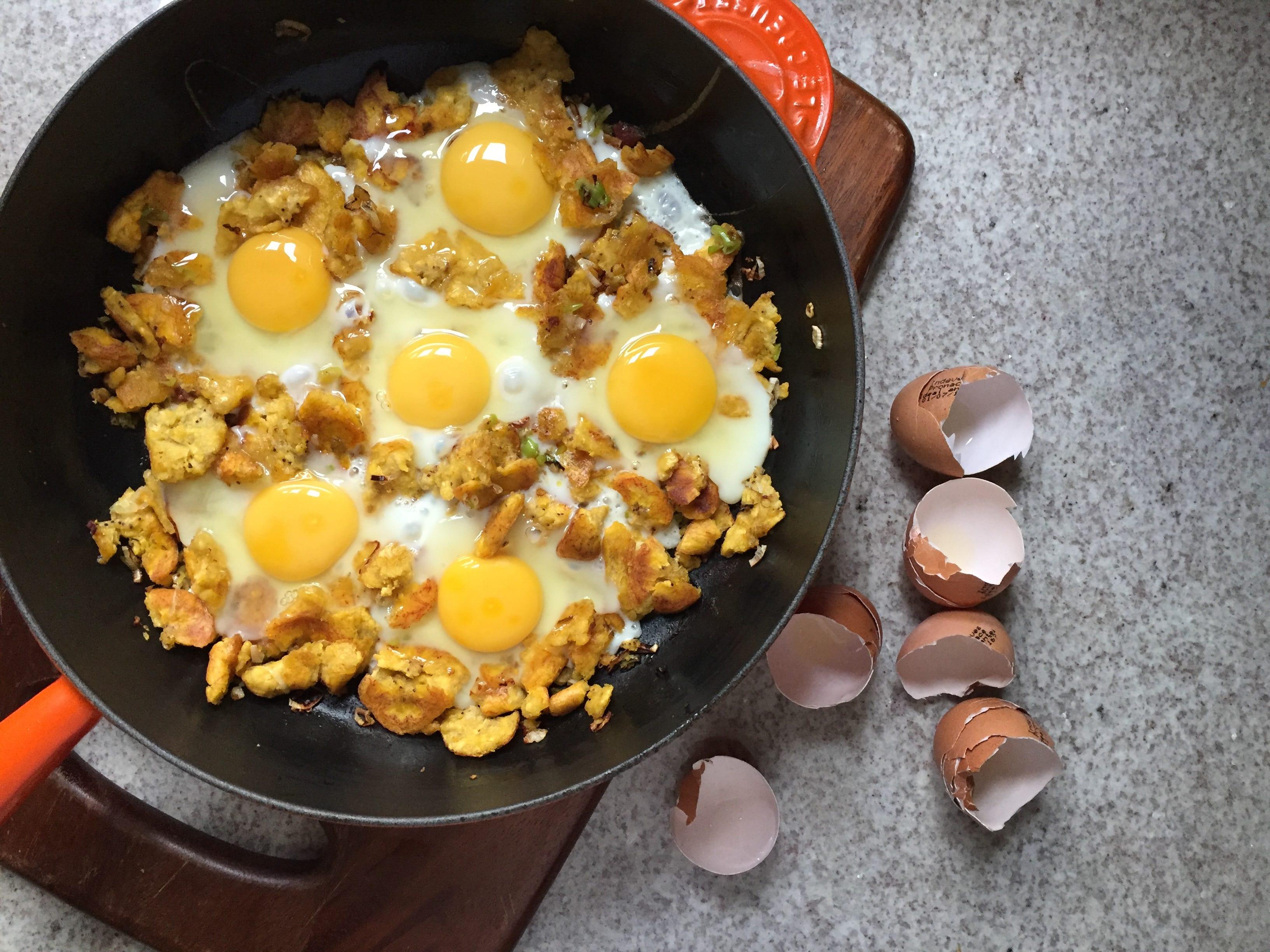 sarten de huevos con platano verde y tocino