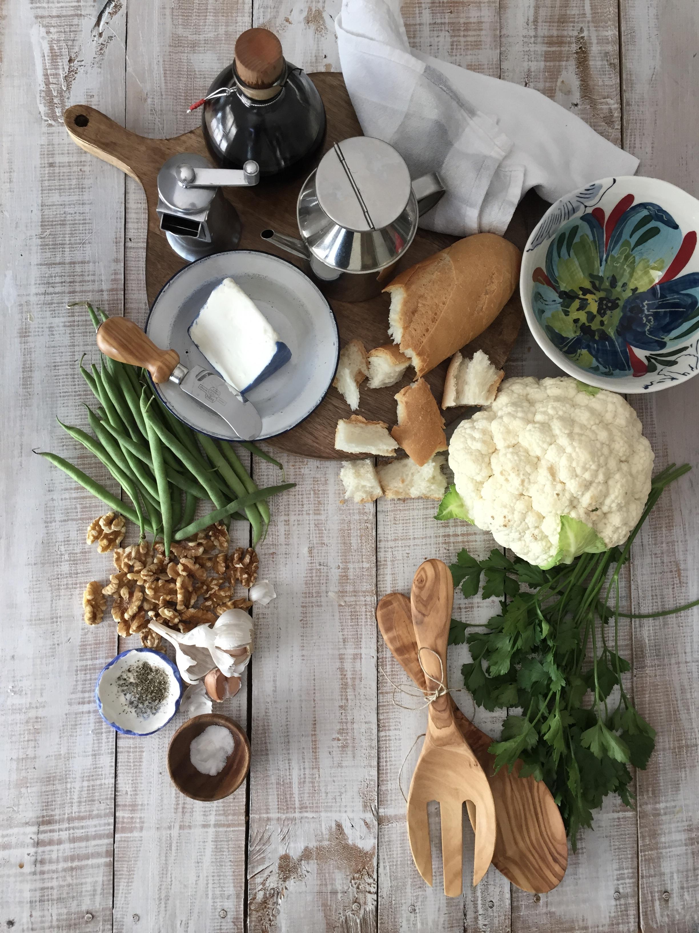 ensalada de coliflor con queso de cabra y nueces