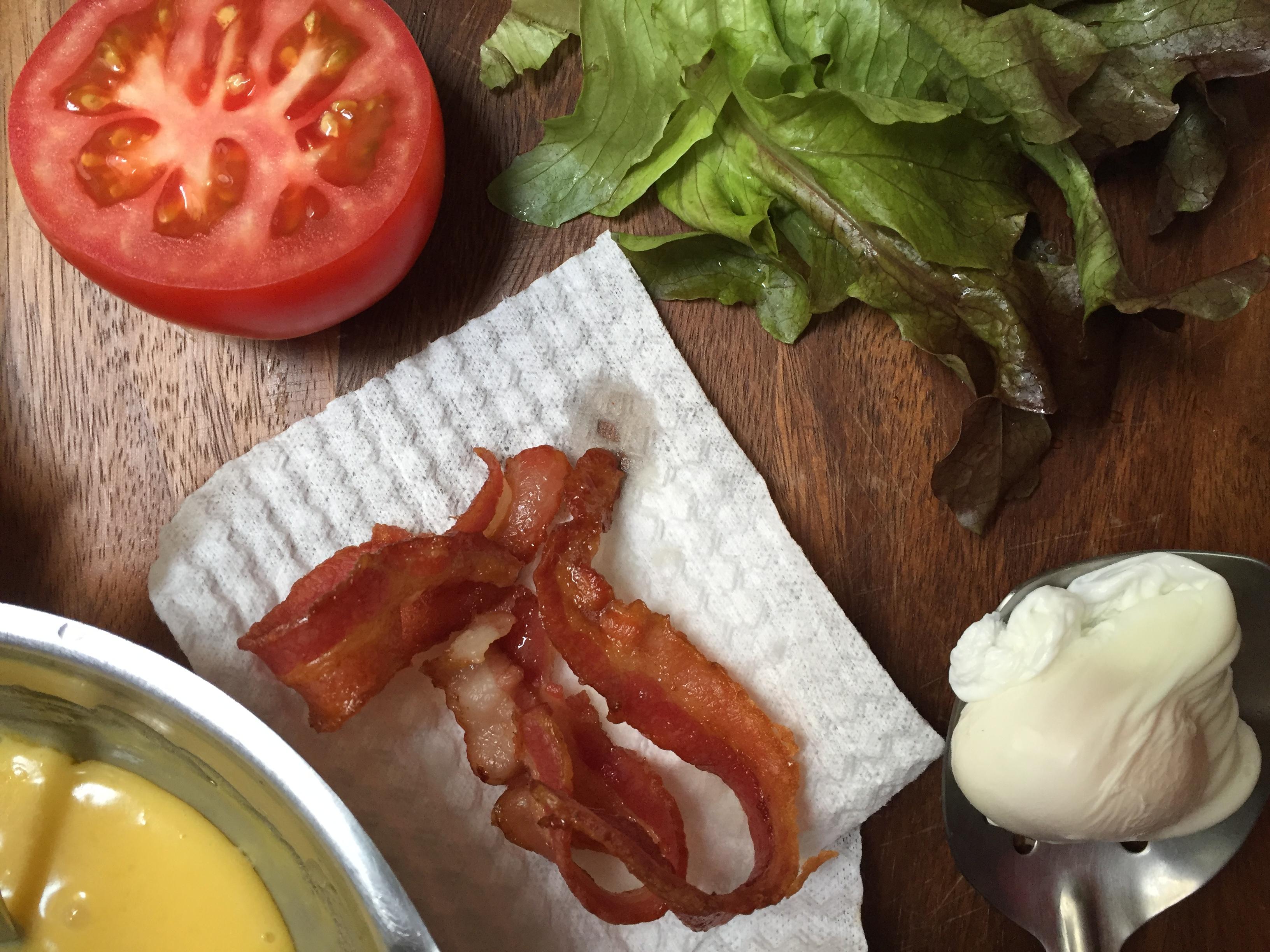 huevos benedictinos con tocino, lechuga y tomate