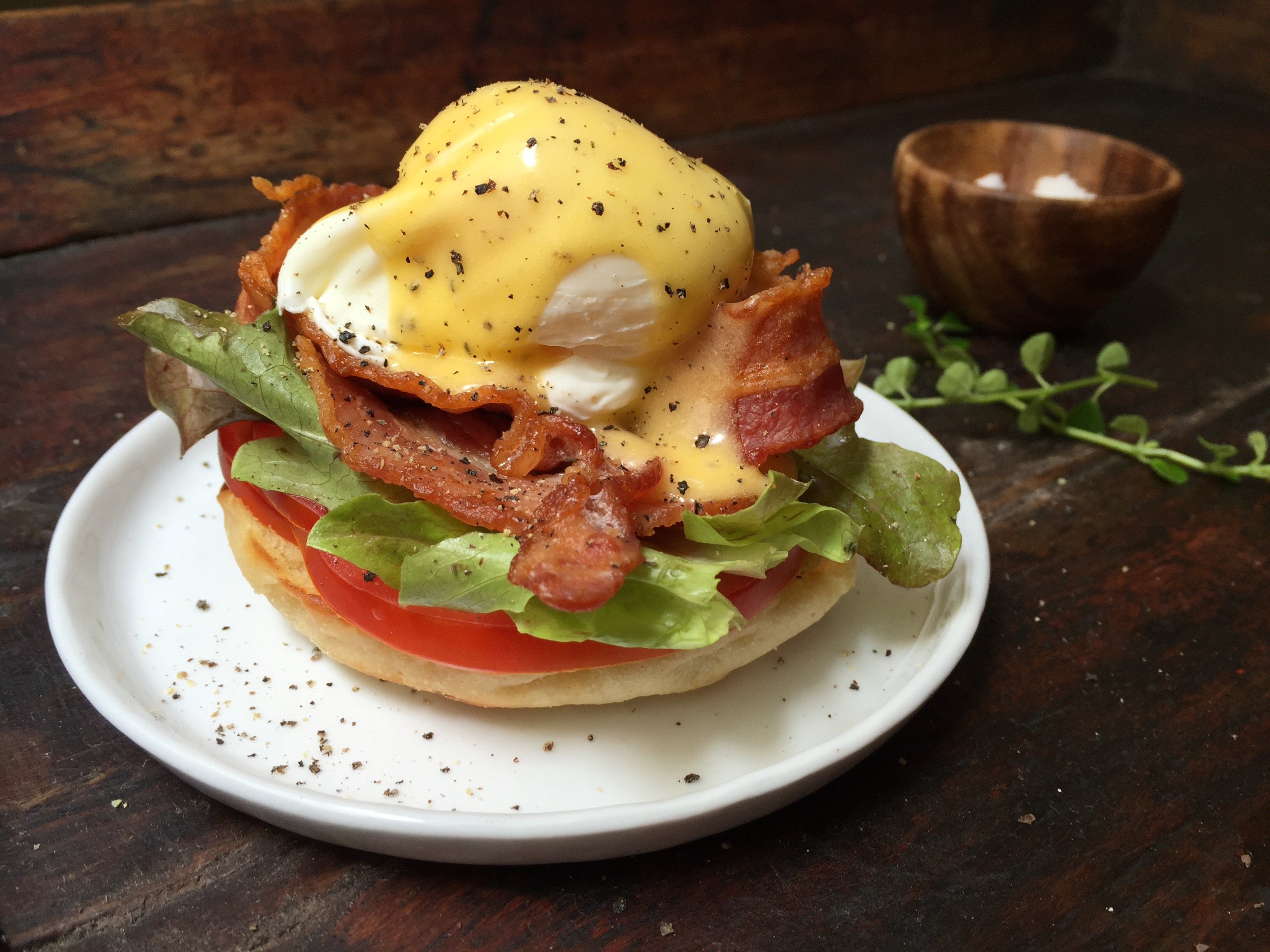 huevos-benedictinos-con-tocino-lechuga-y-tomate-9