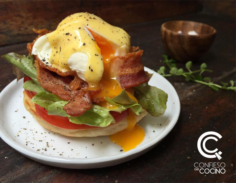 huevos benedictinos con tocino lechuga y tomate