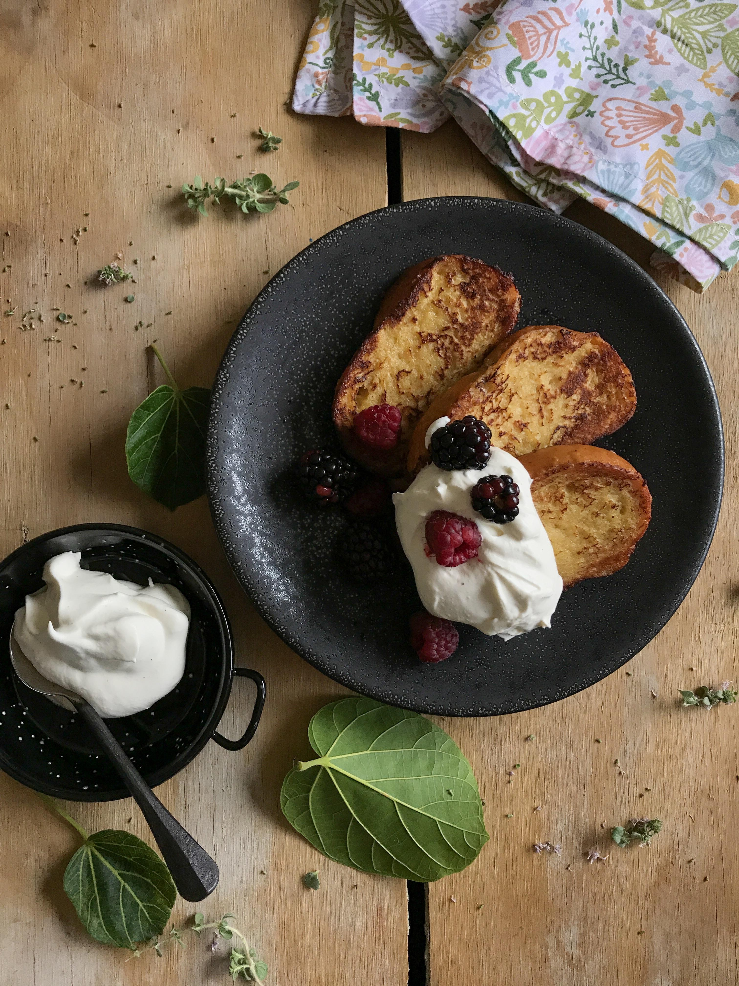 tostadas francesas con frutos rojos
