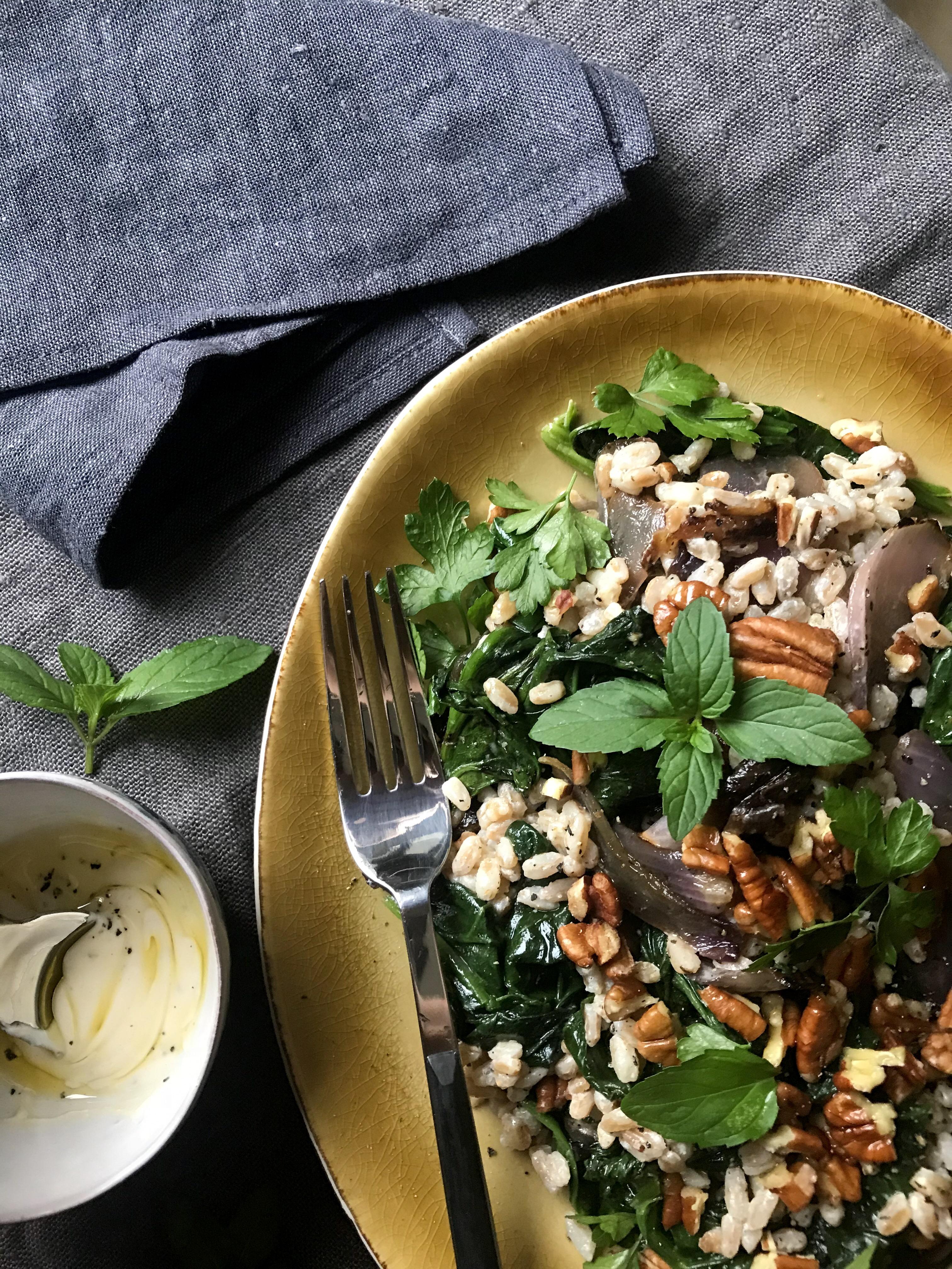 ensalada de cebada perlada con espinaca y cebolla asada