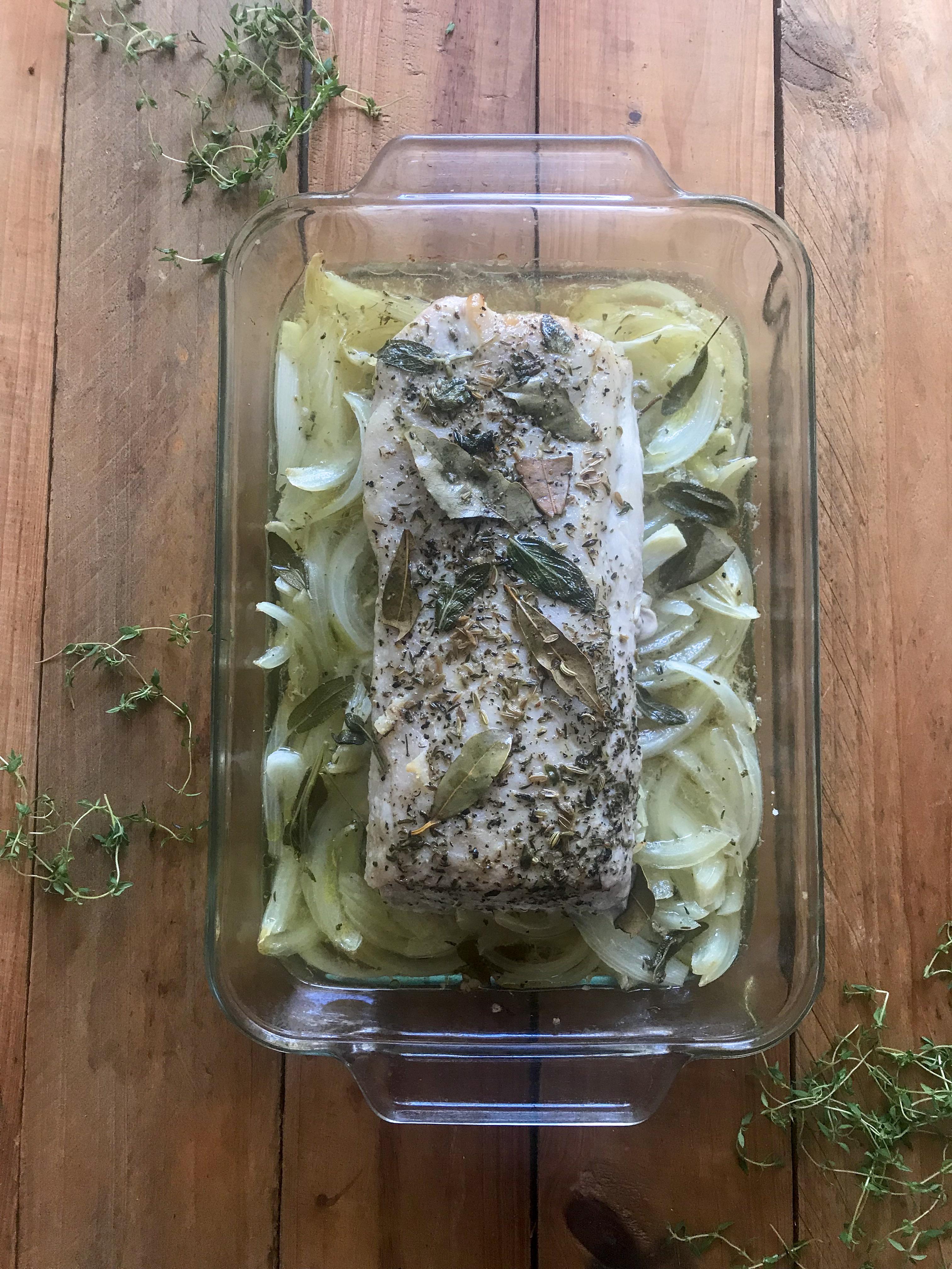 Lomo de cerdo asado con cebollas