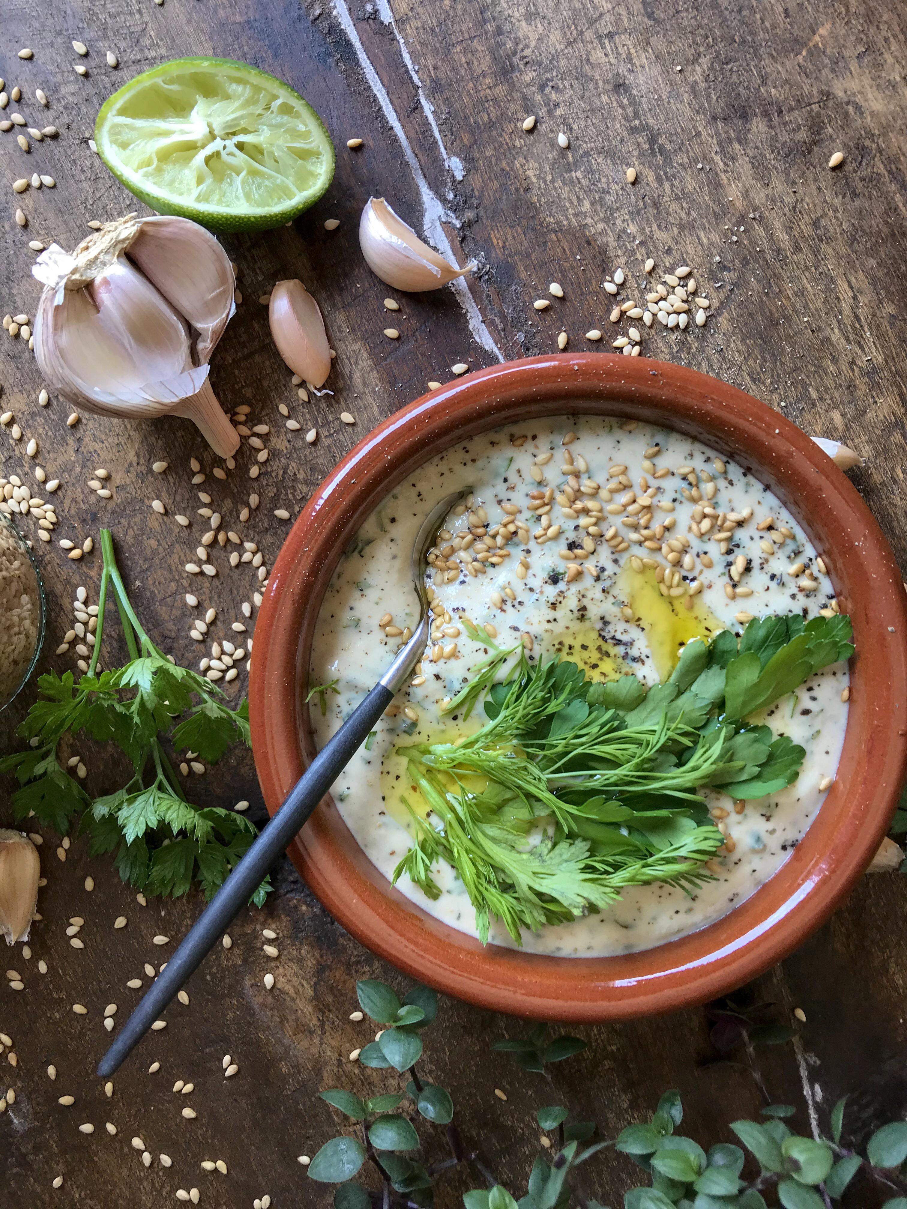 salsa tahini con hierbas