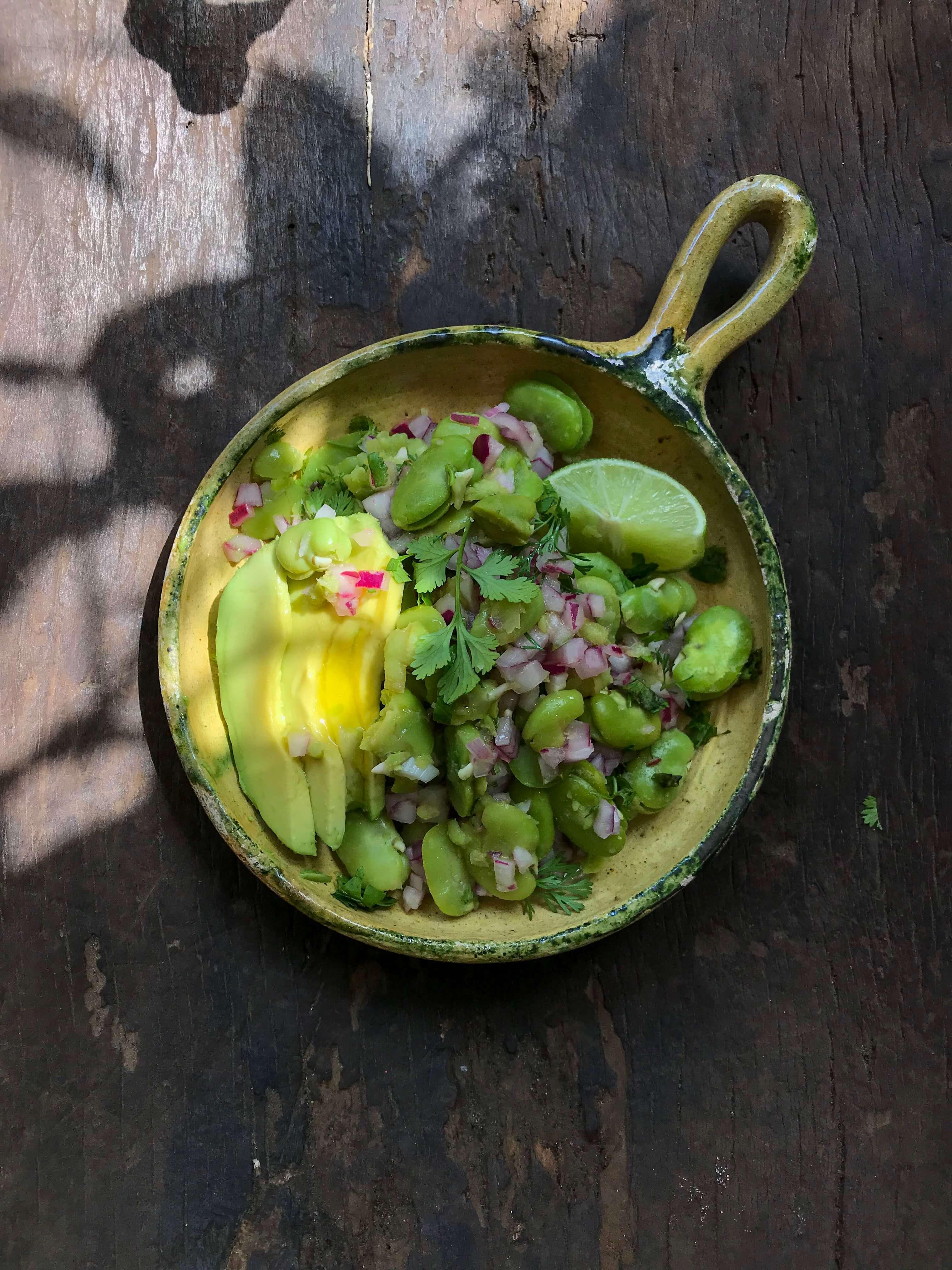 ensalada de habas con cebolla colorada