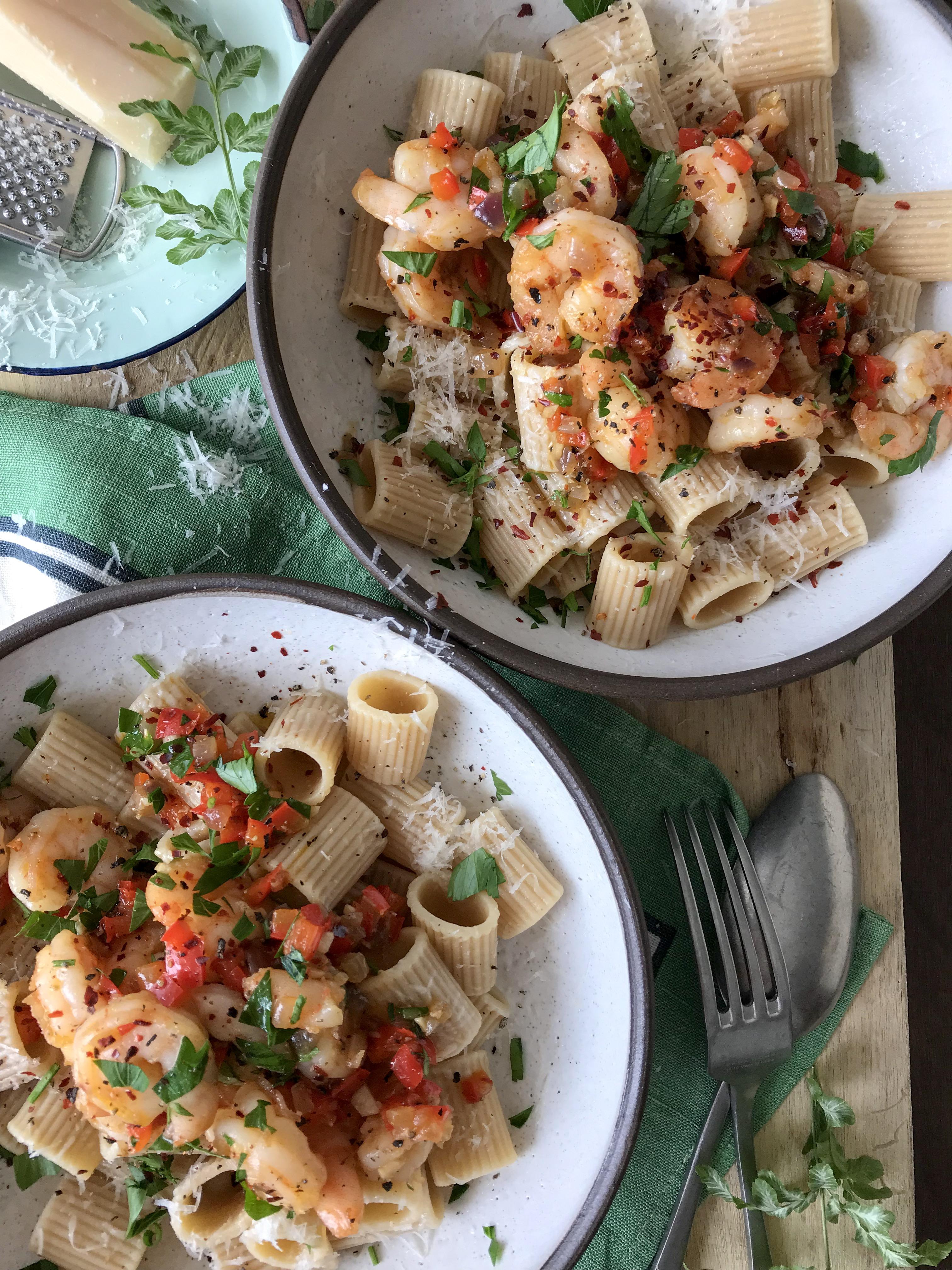 camarones con pimiento rojo aceite de oliva y pasta integral