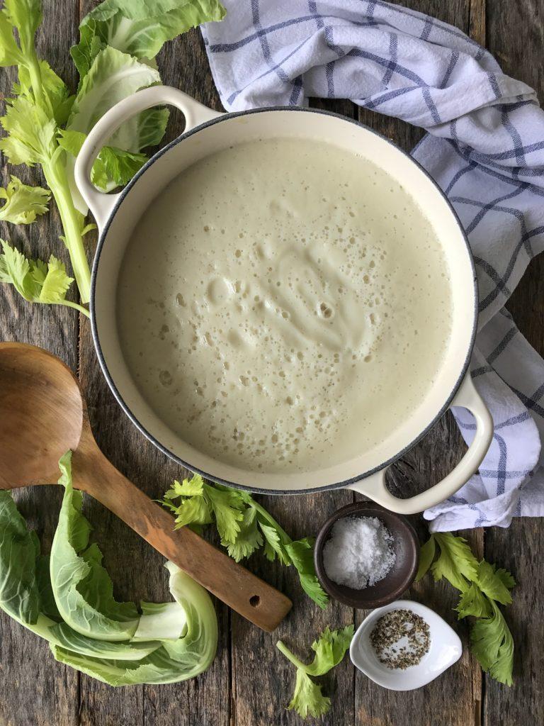 crema de coliflor con topping de nueces y alcaparras