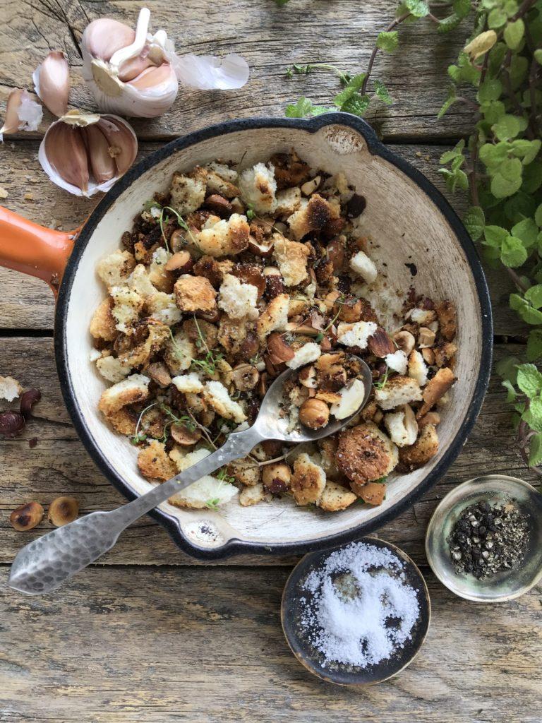 Pangrattato, aderezo de pan, ajo y frutos secos